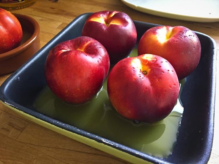 4-nectarines-in-een-schaal-met-jus-dorange-en-Licor-43