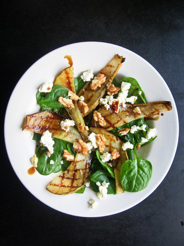 Bord-met-salade-met-gegrilde-peer