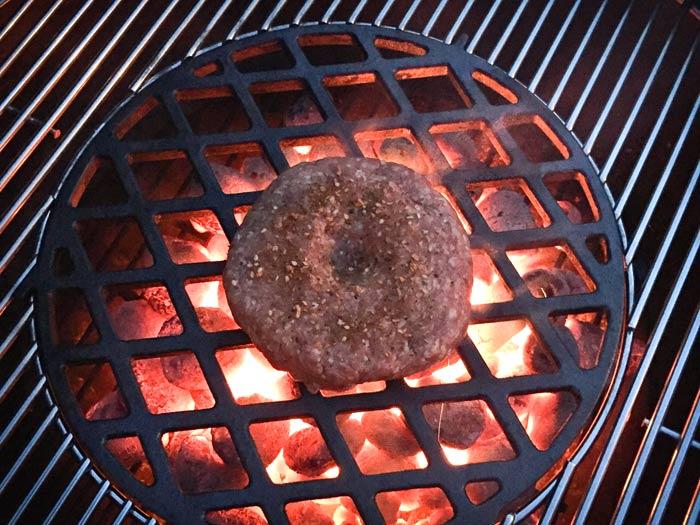 Hamburger-met-deukje-op-de-barbecue