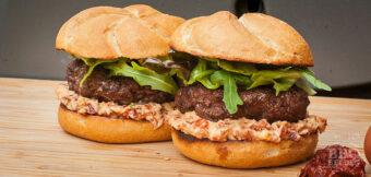 Hamburger met tomaat en spek mayonaise