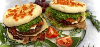 Italiaanse hamburger met zelfgemaakte pesto