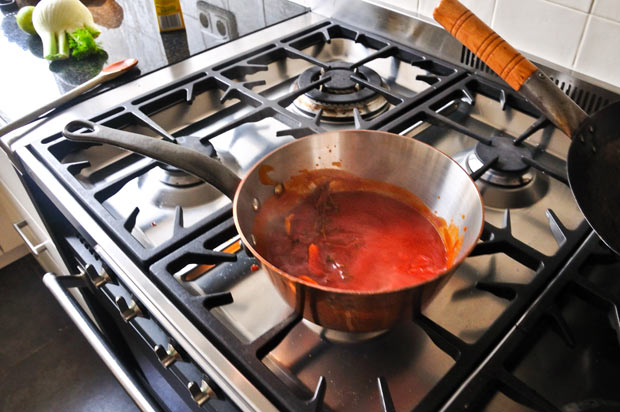 Maak-de-saus-in-een-pan-met-een-dikke-bodem