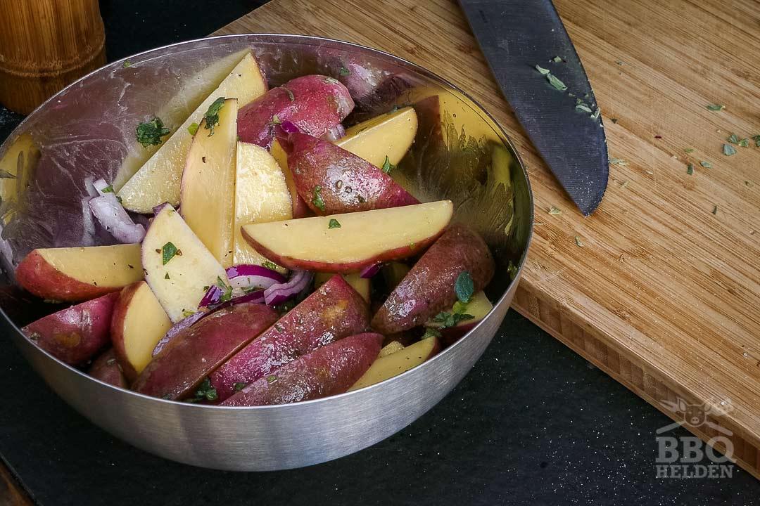 aardappeltjes bestrooien met peper zout knoflookpoeder oregano en ui
