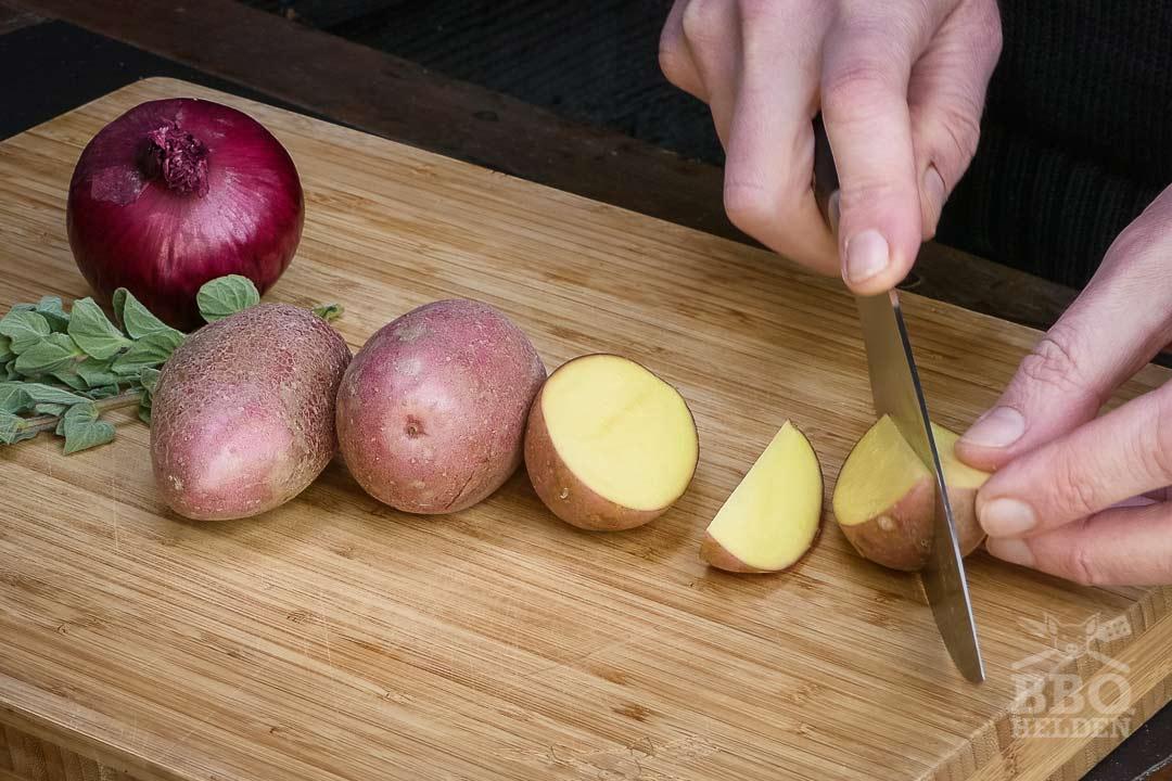aardappeltjes in partjes snijden