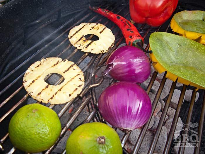 ananas-mango-ui-limoen-rode-peper-en-paprika-gegrild