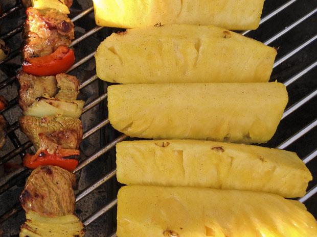 ananas-op-de-barbecue