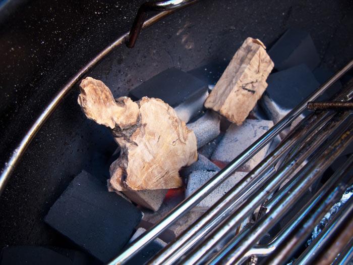 blokjes-olijfhout-op-gloeiende-kolen