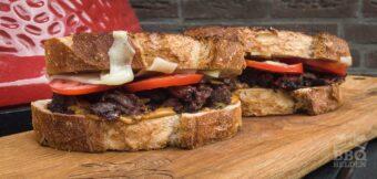 Runderwang op brood met mosterd barbecuesaus en tomaat