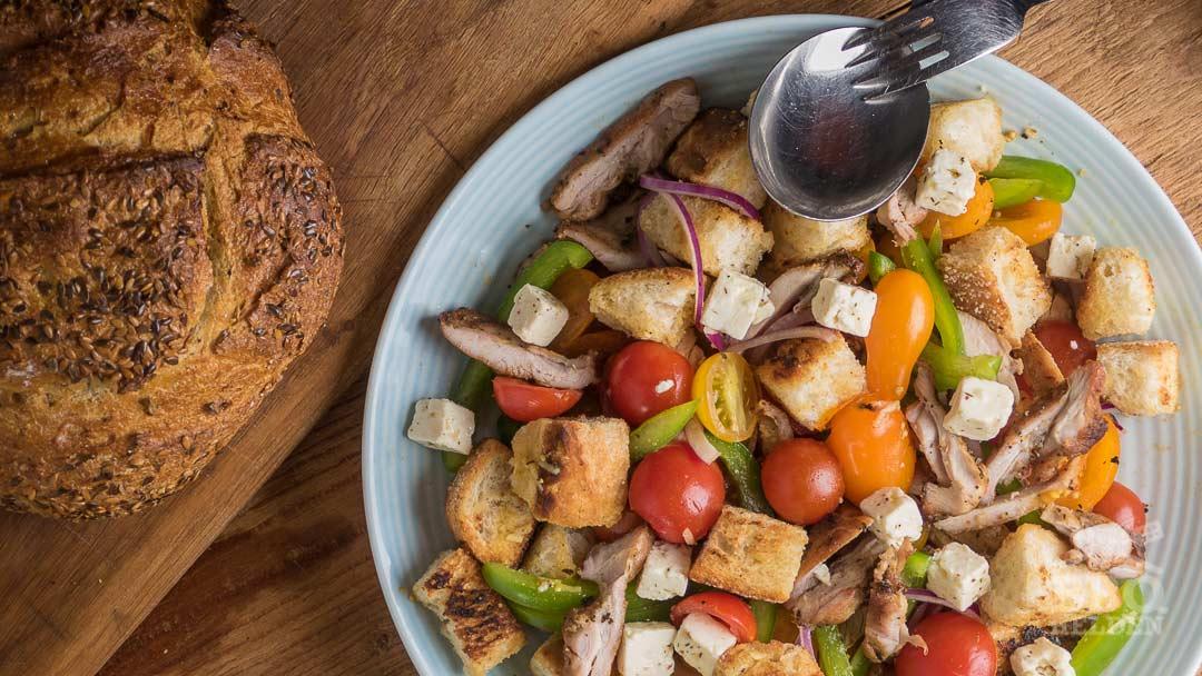 Broodsalade met gegrilde kip – BBQ helden