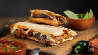 Cheesesteak sandwich met geroosterde salsa