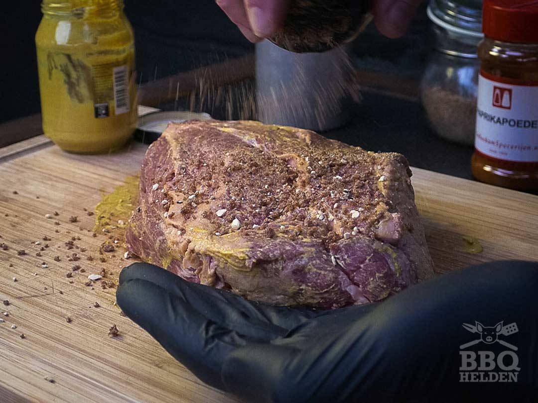 chuck roast bestrooien met zelfgemaakte dryrub