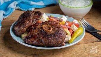 Gezaagde lamsbout met Griekse salade