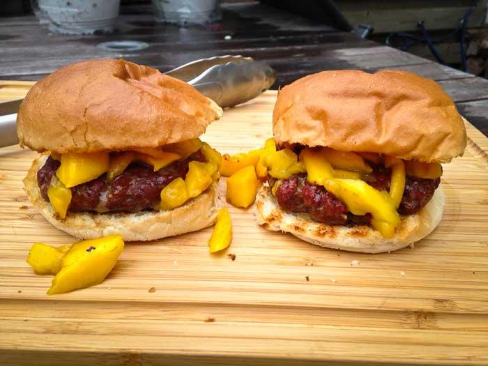 hamburger-met-gegrilde-mango