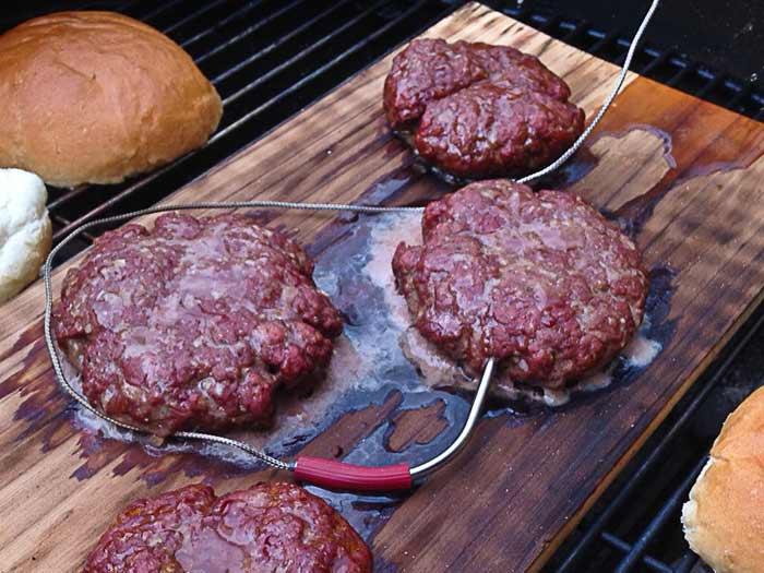 hamburgers-op-cederhouten-plank