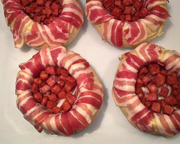 italiaanse-bol-gevuld-met-kruidenboter-ontbijtspek-en-spekblokjes