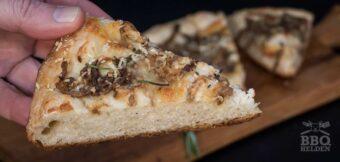 Focaccia met kaas en ui uit de skillet