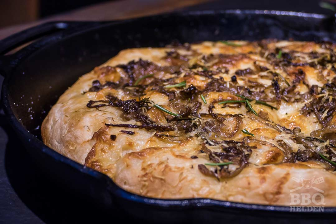 focaccia met kaas en ui in skillet