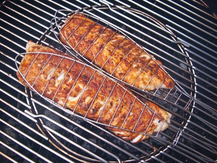 kabeljouwhaas-gaar-in-visklem-op-barbecue