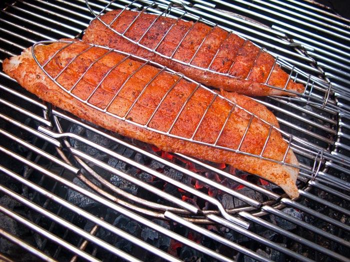 kabeljouwhaas-in-visklem-op-barbecue