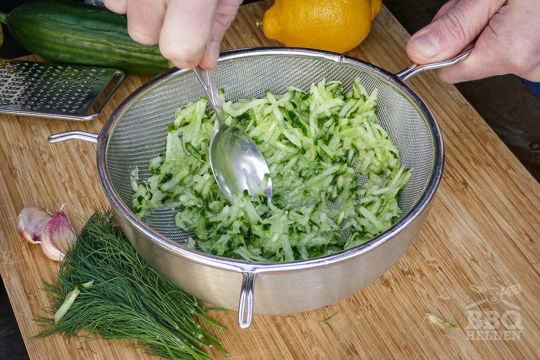 komkommer laten uitlekken voor de tzatziki