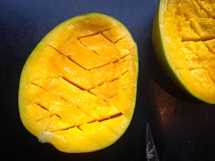 mango-in-diamantvorm-gesneden