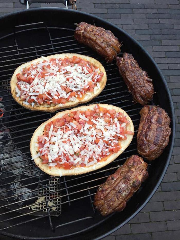 mini-porchetta-op-de-barbecue-met-bruschetta