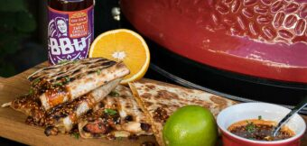 Quesadilla met sweet chili sinaasappel saus