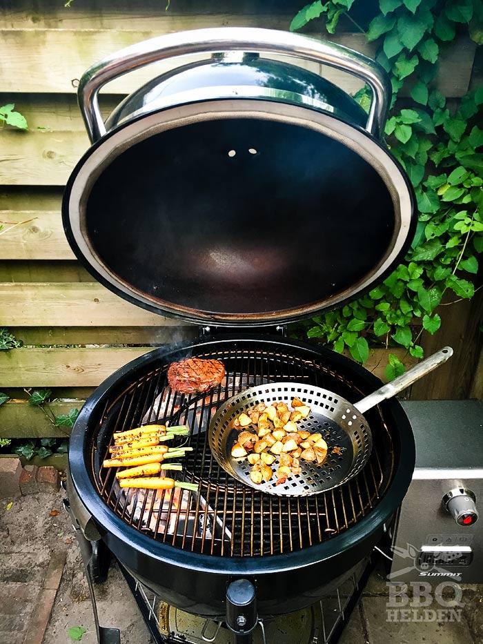 ribeye-wortels-en-aardappeln-op-de-summit-charcoal