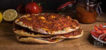 Turkse pizza van de kamado