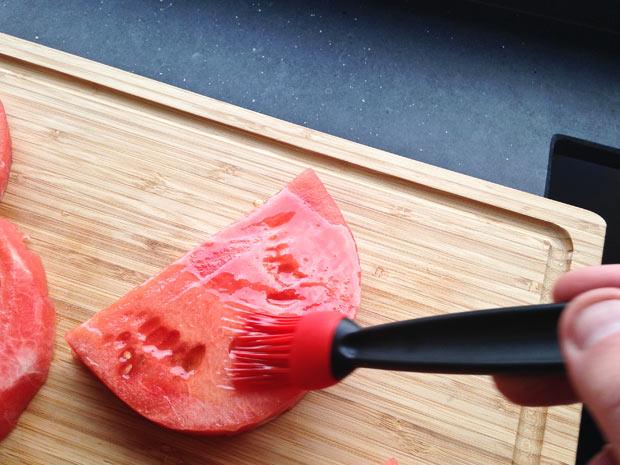watermeloen-insmeren-met-honing-limoen-mix