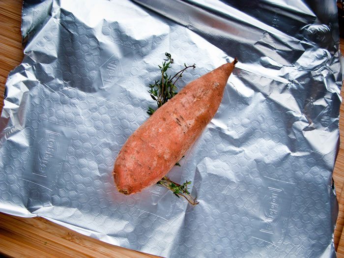 zoete-aardappel-inpakken-met-takje-tijm