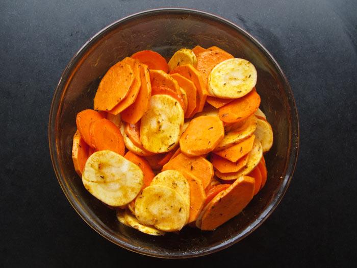 zoete-aardappel-pastinaak-en-wortel-in-azijn-boter-mengsel